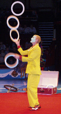 Pete Lambert juggling 5 rings